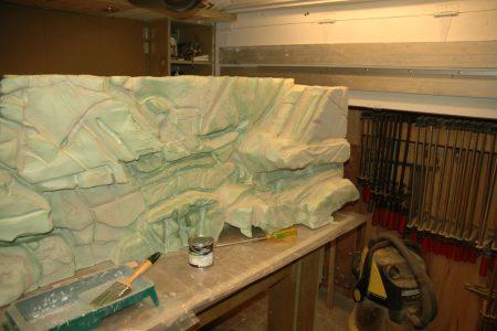 Na de bewerking met tegellijm is de achterwand klaar om te worden geschilderd.